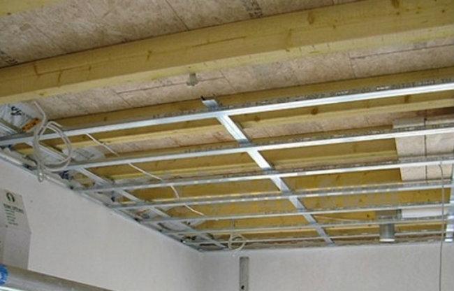 отделка потолков гипсокартоном в деревянном доме