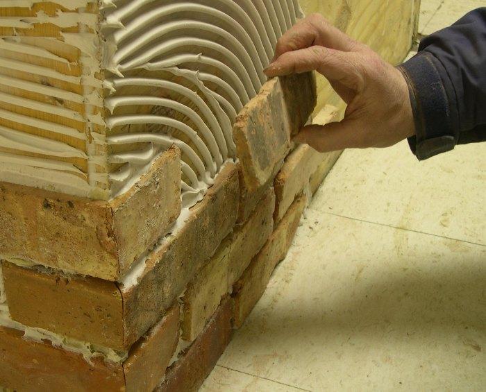 Укладка декоративного кирпича из гипса на стену