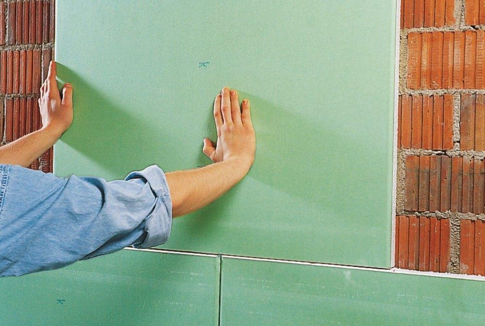 Приклеить гипсокартон к стене